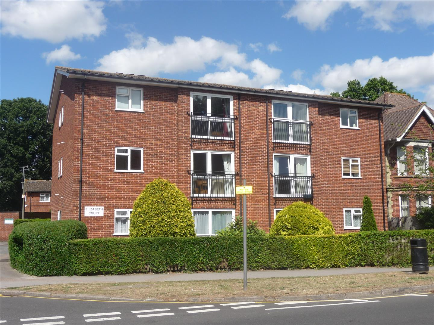 2 Bedrooms Flat for sale in Victoria Road, Horley